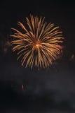 Härliga färgrika feriefyrverkerier på den svarta himmelbakgrunden, lång exponering Royaltyfria Foton