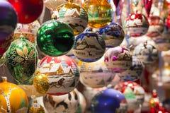 Härliga färgrika handgjorda bollar och garneringar för julträd Royaltyfri Bild