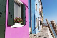 Härliga färgrika hus i den Burano ön (Venedig, Italien) fotografering för bildbyråer