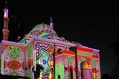 Härliga färgrika ljus med östliga modeller som visas på en moské i staden - härlig Sharjah ljusfestival arkivfoto