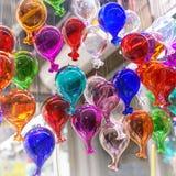 Härliga färgrika muranoexponeringsglasbollar som är handgjorda i Venedig, Italien Traditionell karneval i Venedig Färgrika ballon arkivbilder