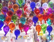 Härliga färgrika muranoexponeringsglasbollar som är handgjorda i Venedig, Italien Traditionell karneval i Venedig Färgrika ballon royaltyfria foton