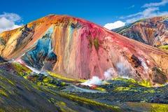 Härliga färgrika vulkaniska berg Landmannalaugar i Island arkivbilder