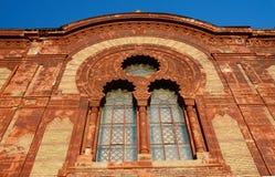 Härliga fönster av den gamla synagogan i Uzhgorod, Zakarpattia, Ukraina Royaltyfri Bild