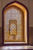 Härliga fönster med prydnader i inre humayun för islamisk stil Royaltyfri Fotografi