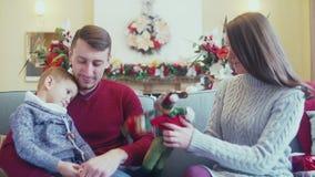 Härliga föräldrar och son i en inre för ` s för nytt år stock video