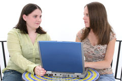 härliga för bärbar dator som kvinnor tillsammans fungerar barn Arkivbild