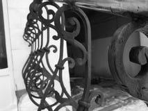 Härliga falska staket- och rostfritt stålräcke arkivbild