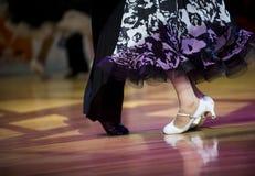 Härliga feminina och manliga ben i aktiv balsaldans, inomhus royaltyfri foto