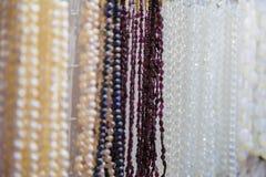 Härliga flerfärgade pärlor i halsband bildar, förträffliga färgrika pärlor i halsbandform som bakgrund, textur arkivbild