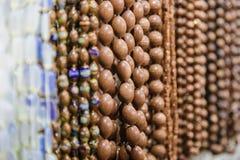 Härliga flerfärgade pärlor i halsband bildar, förträffliga färgrika pärlor i halsbandform som bakgrund, textur royaltyfria bilder