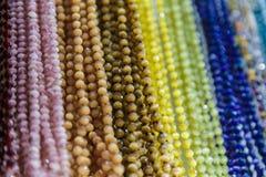 Härliga flerfärgade pärlor i halsband bildar, förträffliga färgrika pärlor i halsbandform som bakgrund, textur fotografering för bildbyråer