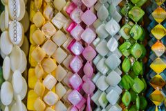 Härliga flerfärgade pärlor i halsband bildar, förträffliga färgrika pärlor i halsbandform som bakgrund, textur arkivfoto