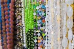 Härliga flerfärgade pärlor i halsband bildar, förträffliga färgrika pärlor i halsbandform som bakgrund, textur arkivbilder