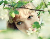härliga flickaleaves royaltyfri fotografi