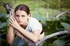 Flicka som ligger på bevattna Royaltyfri Bild