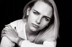Härliga flickaskrik och att visa hennes sorgsenhet och sinnesrörelser Royaltyfria Bilder