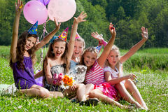 Härliga flickor firar födelsedag utomhus Arkivfoton