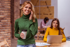 Härliga flickor i kafé Arkivfoton
