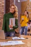 Härliga flickor i kafé Royaltyfri Foto
