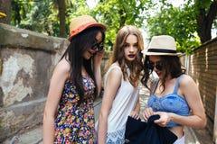 Härliga flickor i staden royaltyfri fotografi