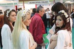 Flickor på den rumänska turismmässan Arkivfoton