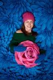 Härliga flickor med jätte- dekorativa blommor Fotografering för Bildbyråer