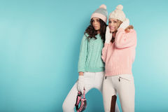 Härliga flickor med lockigt hår i varm hemtrevlig vinterkläder Royaltyfri Fotografi