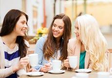 Härliga flickor som dricker kaffe i kafé Royaltyfri Bild