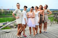 Härliga flickor som firar våren i den Vilnius staden Arkivfoto