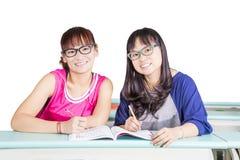 Härliga flickor som lär på klassrumet Royaltyfri Foto