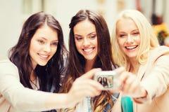 Härliga flickor som tar bilden i kafé i stad Fotografering för Bildbyråer