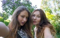 Härliga flickor som tas bilden av henne, selfie Fotografering för Bildbyråer