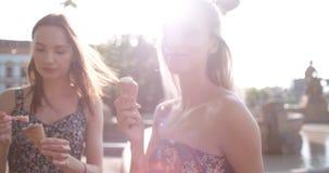 Härliga flickvänner som har gyckel i en stad under solig dag Arkivfoton