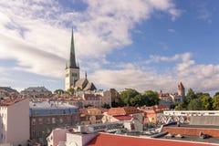 24-27 08 2016 härliga flyg- horisontpanorama för scenisk sommar av den gamla staden i Tallinn, Estland Royaltyfri Foto
