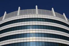 Härliga foto av moderna byggnader under blå himmel Arkivbilder