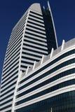 Härliga foto av moderna byggnader under blå himmel Arkivfoto