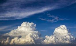 Härliga frodiga moln Arkivfoton