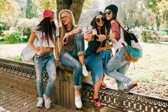härliga fyra flickor arkivfoto