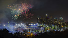 Härliga fyrverkerier över den berömda Dodger Stadium royaltyfria foton