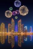 Härliga fyrverkerier i den Dubai marina UAE Arkivbild