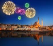 Härliga fyrverkerier och cityscape av Istanbul Arkivbilder