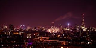 Härliga fyrverkerier ovanför London Nya år helgdagsafton, sikt från den Greenwich punktkullen royaltyfri fotografi