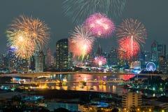 Härliga fyrverkerier som firar nytt år längs Chao Phraya River Royaltyfri Fotografi