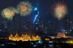 Härliga fyrverkerier som firar nytt år med den storslagna slotten och B Royaltyfri Foto