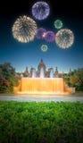Härliga fyrverkerier under den magiska springbrunnen i Barcelona Arkivfoton