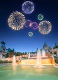 Härliga fyrverkerier under den magiska springbrunnen i Barcelona Arkivfoto