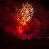 Härliga fyrverkerier under ny Year's helgdagsaftonberöm i Riga, Lettland Royaltyfria Foton