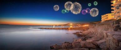 Härliga fyrverkerier under sikt för Ibiza önatt Arkivfoto