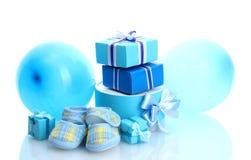 Härliga gåvor, babys bootees och ballonger Royaltyfria Foton